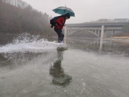 Tajemné jezero v dešti a nejen na bruslích